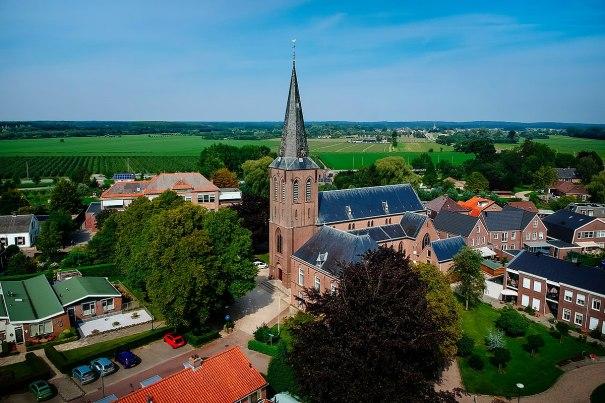 1200px-De_Sint-Petrus_en_Pauluskerk_in_Cothen